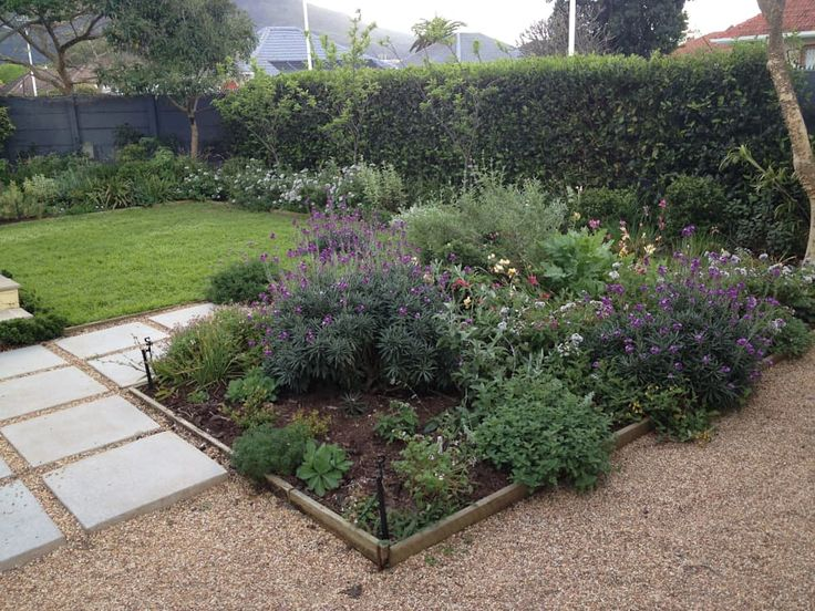 Herbaceous Border Bed: classic Garden by Red Daffodil