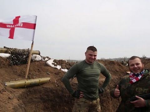 Бойцы «Азова» с «принцем Гарри» подняли флаг Англии над своими позициями