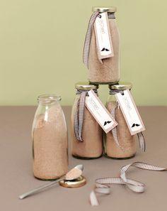 """Hausgemachte Cappuccino-Mischung - Die Cappuccino Mischung ist nicht nur ein tolles Gastgeschenk, sondern mit Wasser oder Milch aufgefüllt, auch eine wirklich leckere Art """"Danke"""" zu sagen. Die Herstellung ist kinderleicht. Einfach alle Zutaten miteinander vermischen und in kleine Gläser oder Flaschen füllen. Mit einer Banderole oder einem Ettiket verschönert lässt sich Ihr Gastgeschenk ganz wunderbar passend zum Hochzeitsthema individualisieren. Mehr"""