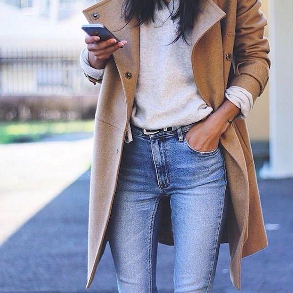 Look manteau long beige, pull gris, jean bleu coupe skinny