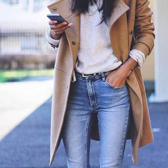 Look manteau long beige, pull gris, jean bleu coupe skinny