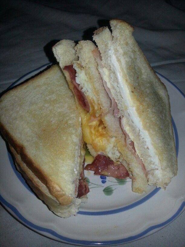 Sándwich de huevo, jamón de pavo macerado en miel, tocino de pavo y queso Filadelphia