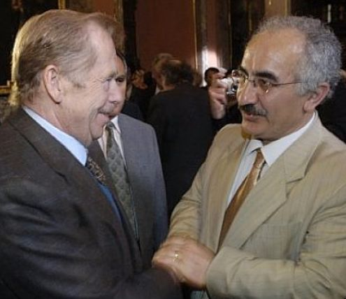 kurdish people kurdistan Yekty Uzunoglu s Václavem Havlem v roce 2006 při předávání ceny Františka Kriegla