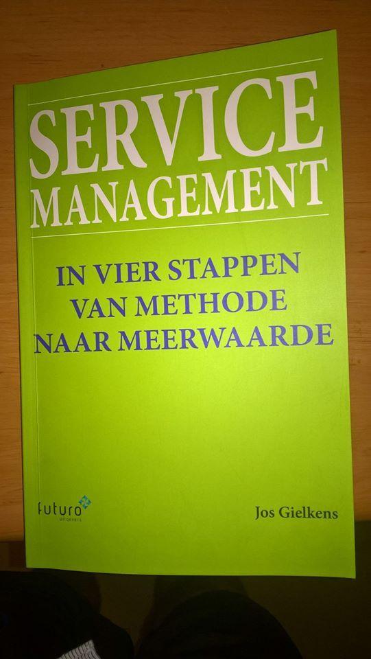 """Leuk bericht van Erik over het boek 'Service Management' van Jos Gielkens: 'Trots dat ik een van de eerste exemplaren heb mogen ontvangen van mijn leermeester, vriend en collega Jos Gielkens!"""" #servicemanagement #josgielkens #futurouitgevers"""