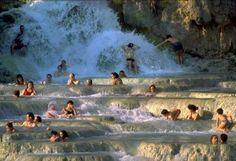 Saturnia gelegen in het zuiden van Toscane staat bekend om haar warmwaterbronnen. Het heilzame effect van dit water kan je ervaren in de vier thermale baden van het Terme di Saturnia Spa & Golf Resort.   Het kan ook even verderop bij de Castelle di Saturnia. Hier heeft de natuur baden gecreëerd met het zwavelhoudende water. Heerlijk ontspannen op de enige plek in Toscane met  gratis toegankelijke warmwaterbronnen.
