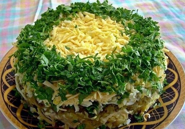 Продукты: — 500 гр грибов — 1-2 головки репчатого лука — 3-4 вареные картофелины — зеленый лук — 3-4 яйца — несколько соленых огурцов — 200 гр твердого...