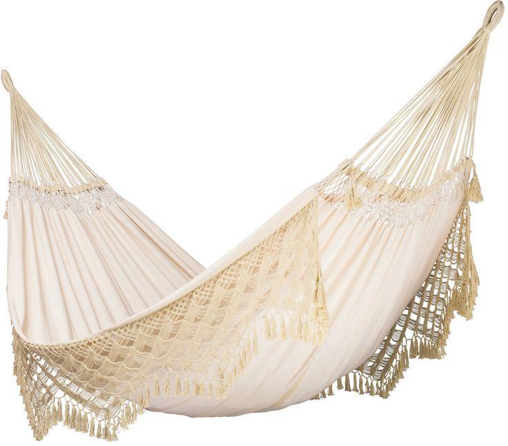 La Siesta Bossanova Familiehangmat  La Siesta Bossanova De Bossanova is een hangmat die is gemaakt met een bijzondere weeftechniek. Hierdoor is het mogelijk om de hangmat diagonaal uit te rekken. Ideaal want zo kun je heerlijk comfortabel liggen. De Bossanova van La Siesta is een handgemaakte Braziliaanse hangmat van honderd procent katoen. Aan de onderzijde is een sierband gemaakt waardoor de hangmat een luxueuze uitstraling krijgt. Deze familie hangmat heeft een draagvermogen van maximaal…