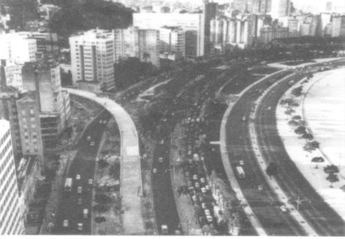 Enseada de Botafogo, metade dos anos 60 após o Governo Lacerda, pois vemos a Praia de Botafogo já criada, com areia trazida da entrada da barra da baia e alguns trolleys nas pistas internas da orla de Botafogo.