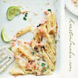 Makaron zapiekany z wędzonym łososiem i mozzarellą