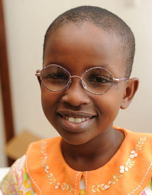 Deborah ha ricevuto i suoi nuovi occhiali da vista e ora può vedere meglio la lavagna