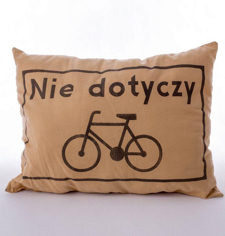 """Poduszka rowerzysty """"Nie dotyczy"""" – kolor beżowy. Wymiary: ok 38x50cm. Ręcznie wykonane. Materiał: 100% bawełna."""