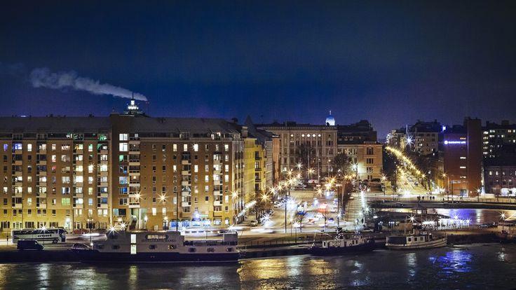Yöllinen näkymä Hietalahden torille ja Telakkarantaan. / Telakkaranta by night.