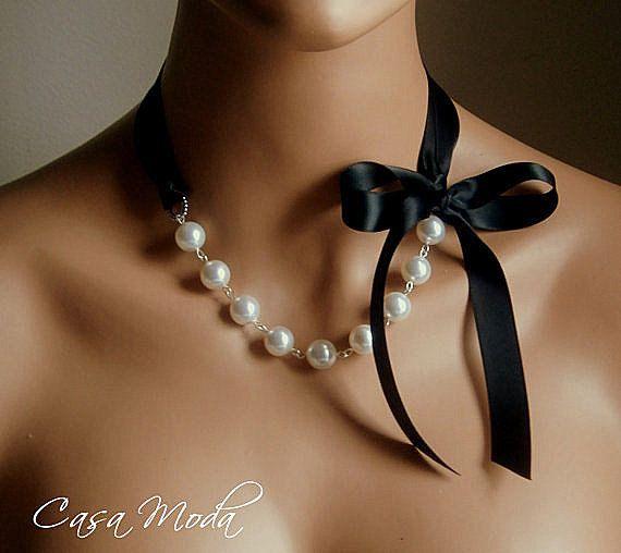 Collier de perle et ruban chic avec 12mm ronde cristal swarovski « blancs » perles perles avec des fils plaqués argent. Bouts de ruban plaqué argent et