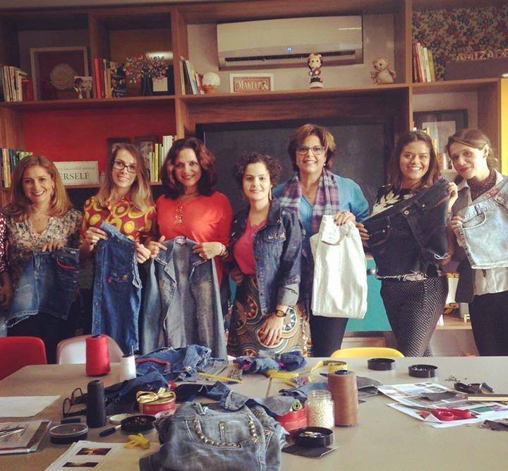 Oficina de customização que rolou aqui na Escola de Autoconhecimento para Mulheres! Aqui transformamos nossos talentos em criatividade para reaproveitar as peças que a gente já tem no armário. Damos uma repaginada e um novo significado para as roupas que enjoamos. A gente sai daqui dando novas possibilidades novas oportunidades para essa roupa viver com a gente mas desta vez repaginada! #reaproveitamento #desapego #modasystentavel #sustentabilidade #autoconhecimento #criatividade…