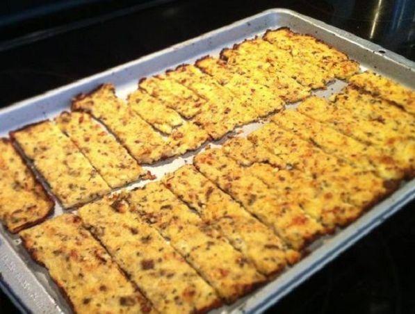 Mennyeien finom és egészséges sós nasit készíthetsz karfiolból. Alig van benne szénhidrát, ettől biztosan nem rakódnak rád pluszkilók. A ropogós karfiolkekszet imádni fogod!