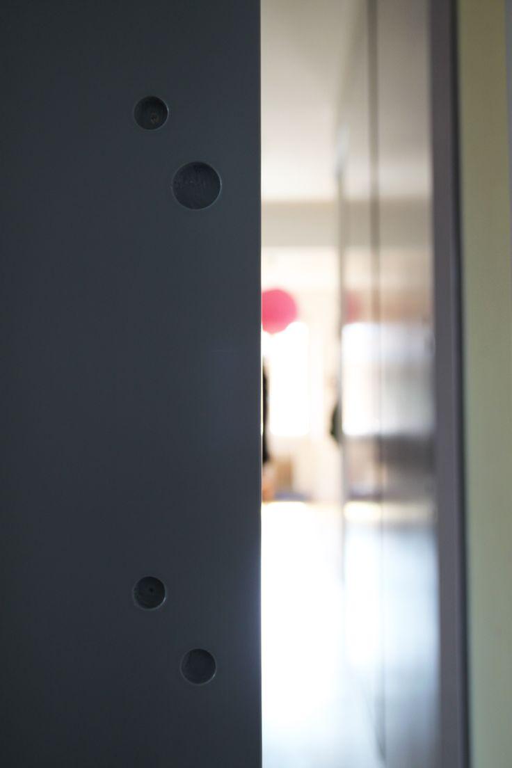 Porta scorrevole a filo muro esterno disegnata da - Porta in legno tamburato ...