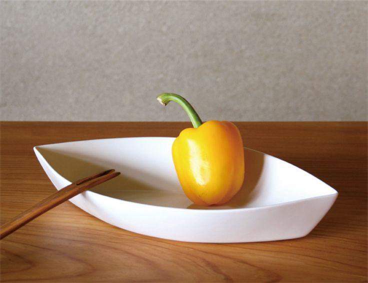 Figgio フィッギオ   Front   ポートフォーム L 葉っぱの形がきれいな白い大皿 MONOGOCOTI