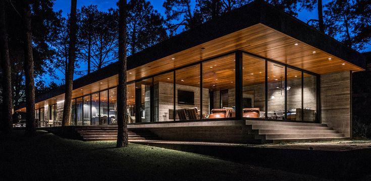 В вечернее время хорошо освещенный дом с большой площадью остекления становится светящимся оазисом в лесу.