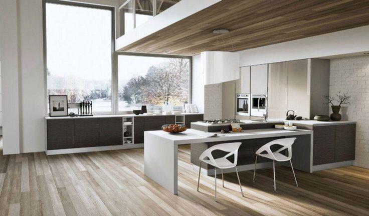 fenêtres cuisine en puzzle, sol en parquet massif, espace de repas avec chaises design et plafond bois