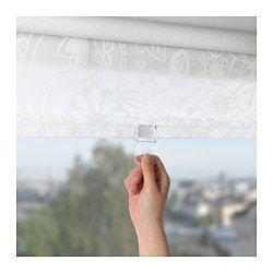 La tenda è priva di corda, per una maggiore sicurezza dei bambini. Si può fissare sia all'interno che all'esterno del telaio della finestra, oppure al soffitto. Puoi tagliare il lato destro della tenda a rullo per adattarla alla tua finestra.