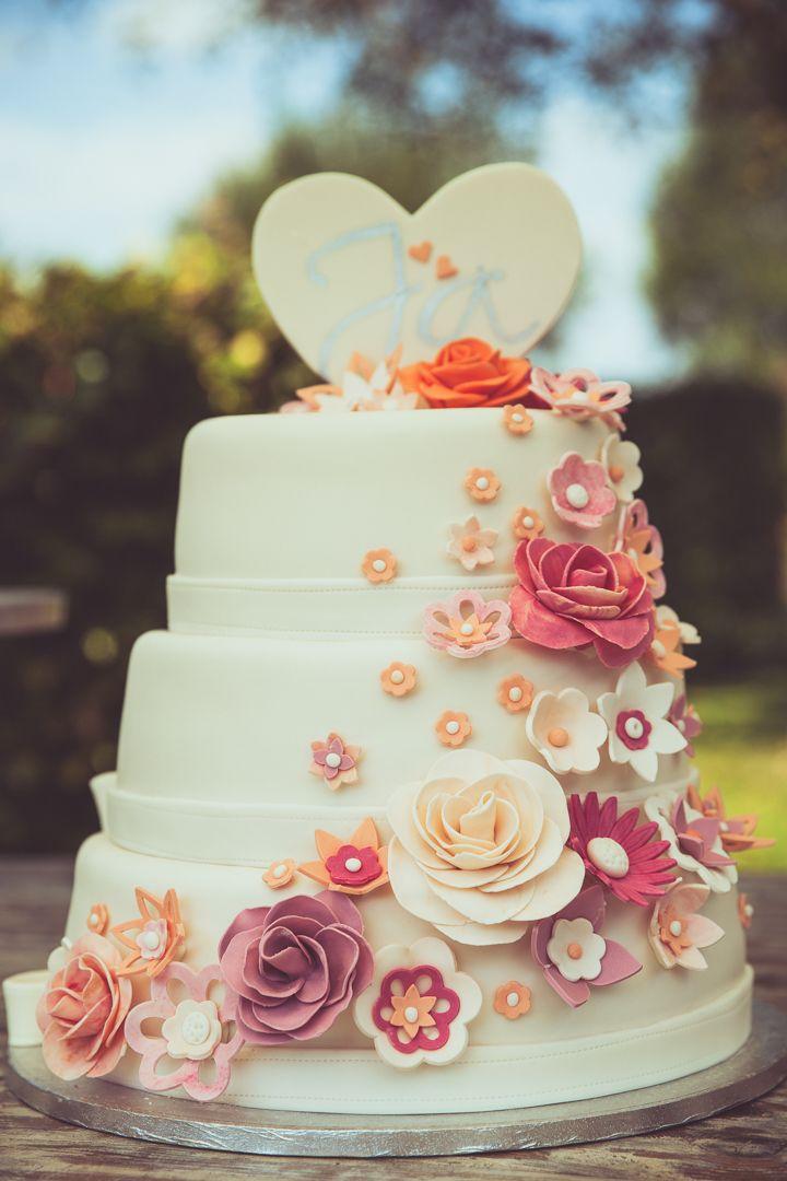 Wedding cake with beautiful flowers and a heart / Trouwtaart met mooie bloemen en een hart. Made by me / Gemaakt door mij: www.fotozee.nl Ik ben graag jullie trouwfotograaf!  photography trouwfoto's trouwfotografie bruidsfotografie detailfoto stapeltaart wit white
