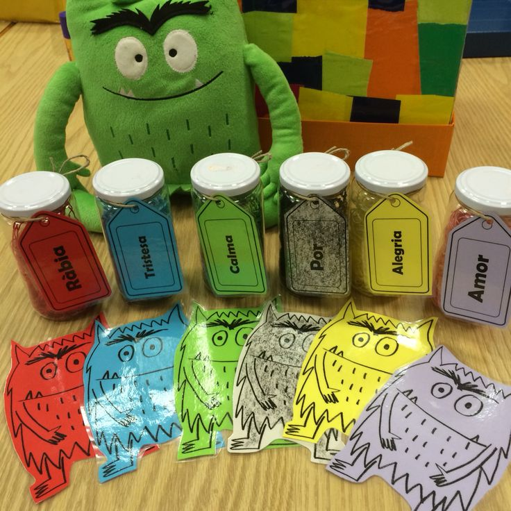 Complementos para trabajar con El monstruo de colores. Caja personalizada, botes de plástico para cada emoción con sus respectivas etiquetas y monstruitos plastificados para que cada niño y niña pueda identificar sus emociones de una forma más sencilla.