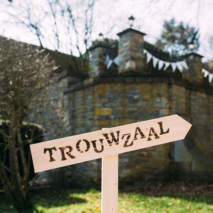 Trouwzaal ♡ Bruiloft ♡ Maak ook je eigen houten bord! ♡ www.LiefsLabel.nl
