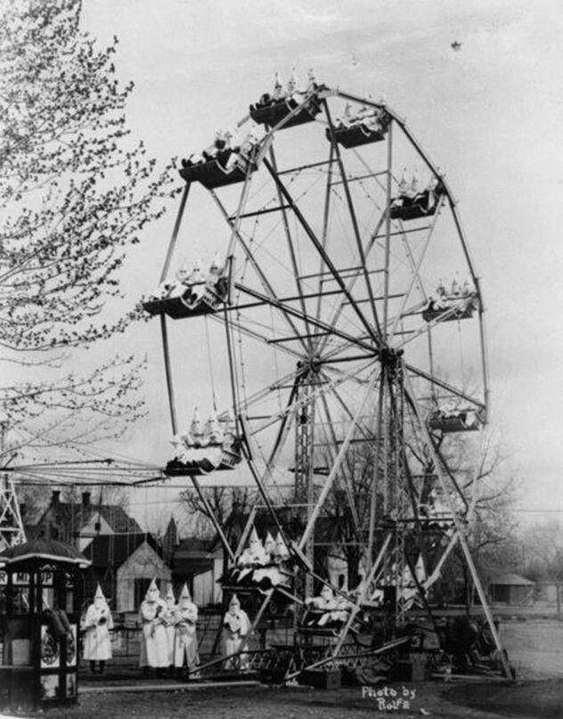 Ничего необычного. Члены организации «Ку-клукс-клан» катаются на колесе обозрения. 1925 год.