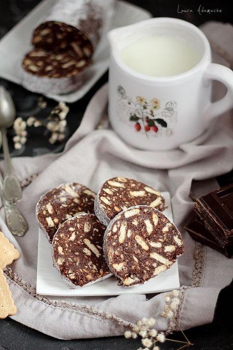 Salam de biscuiti - retete culinare prajituri. Reteta salam de biscuiti cu ciocolata. Salamul de biscuiti era unul dintre deserturile copilariei mele.