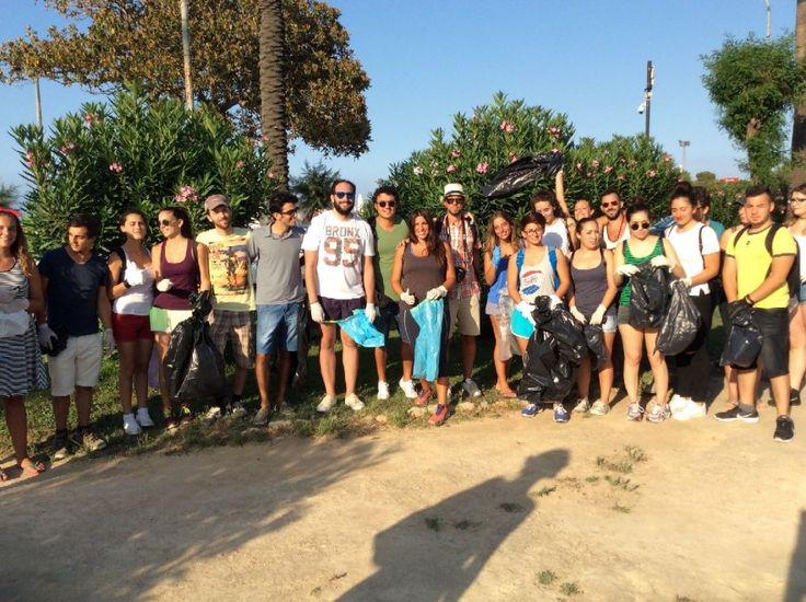 Si sono dati appuntamento su Facebook e si sono ritrovati a Valdesi la domenica pomeriggio per ripulire la spiaggia di Mondello. Una trentina di ragazzi del
