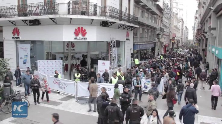 Long queues and excitement are registered in Argentina's Buenos Aries, thanks to Chinese telecommunications giant Huawei's decision to sell 300 smartphones at a symbolic price of one Argentine peso.