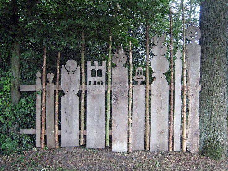 Vor einem Zaun sollte etwas sein...