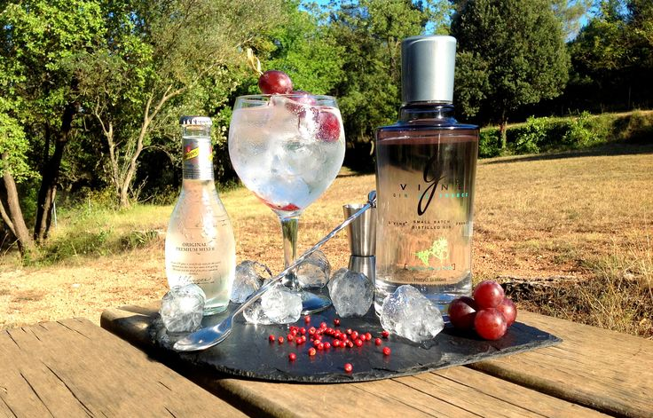 #Cocktail Inspiration : G&T 4cl #Gvine #Gin Nouaison  Top with Premium tonic water Add slice of red grapes