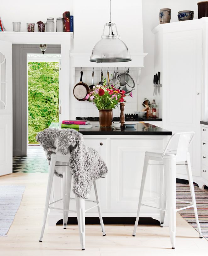 Skapa sittplatser vid köksön. Beräkna 60 cm bredd och låt bänkskivan skjuta ut ca 30 cm. Foto: Morte...