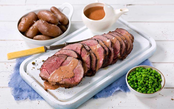 En saftig elgstek er alltid en suksess. Her serveres den med en spennende bringebærsaus til, som passer perfekt til viltkjøtt.