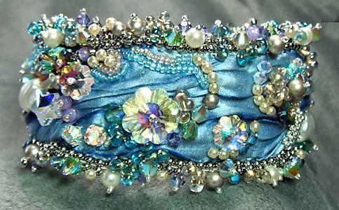 bead embroidery cuff - Google Search Broderie perlée sur un joli drapé.