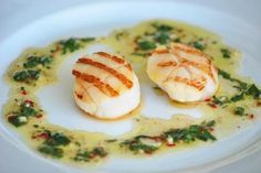 Ein einfaches und gesundes Rezept für gegrillte Jakobsmuscheln in Limettensalsa. Die Jakbosmuschel ist eine der beliebtesten Meeresfrüchte.