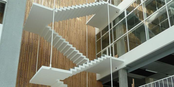 Denne smukke musetrappe udgøres af fire trappeløb. Trappen er ophængt i stag.  Trinene er 1,6 m brede og har en tykkelse på 13 cm.  Materialet er lys CRC.