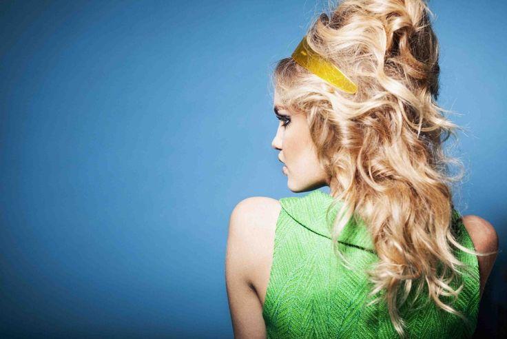 80er frisuren volumen-blonde-haare-diadem-kleid-gruen-neon-hintergrund-blau