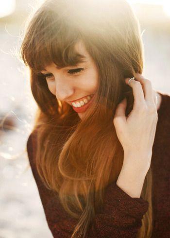 """笑顔の人を見ると、気持ちが自然と明るくなります。心理学で""""表情は感情に大きく作用する""""と言われているのをご存知ですか?落ち込んでいる時でも笑顔でいると、自然と楽しい感情が芽生えてくるそうです。毎日をポジティブな気持ちで過ごすために、「いつも笑顔」を習慣にしてみませんか?"""