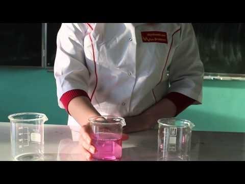 """Moim zadaniem było przeprowadzenie eksperymentu """"Jak zamienić wodę w wino?"""". Takie magiczne hokus pokus. Samo przygotowanie i wykonanie eksperymentu nie było skomplikowane, ale samo doświadczenie było niezwykle efektowne."""