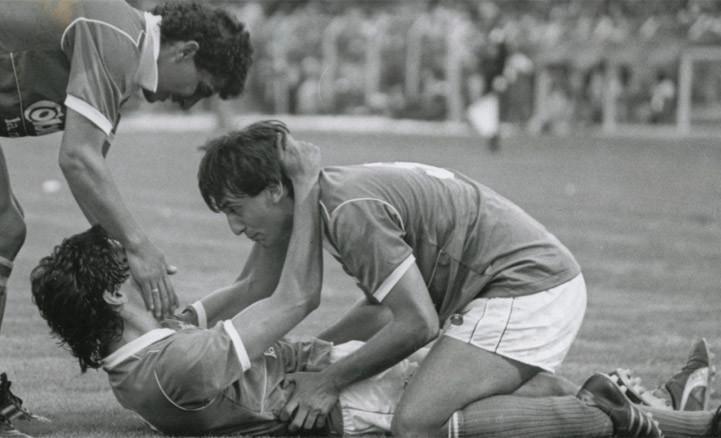 Hernández, Juárez y Vanemerak celebran un triunfo ante Santa Fe en 1988. El inicio de la sequía de títulos.