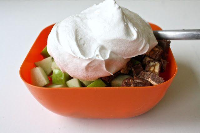 Snickers Salad | Groene appels - snickers/mars/milkyway/... - klopklop : in kleine stukjes (kleiner=beter), mengen, eten.