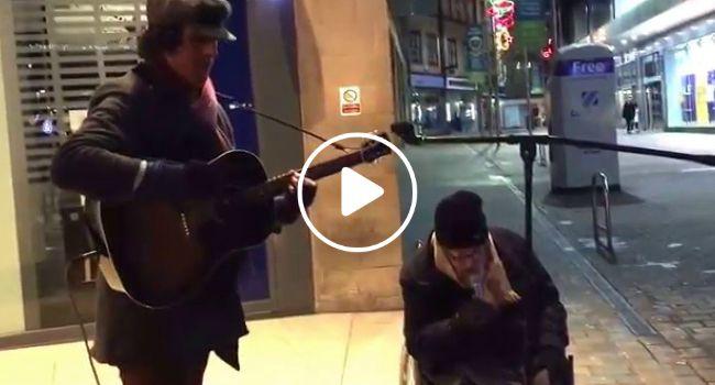 Sem-Abrigo Em Cadeira De Rodas Junta-Se a Músico De Rua e Surpreende Todos Com a Sua Voz Magnífica