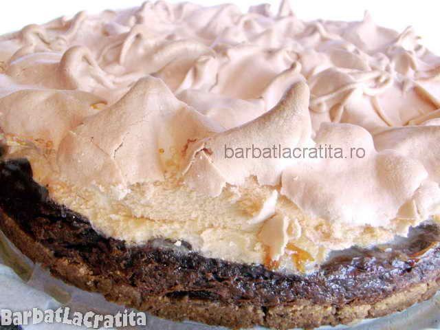 Tort cu bezea, crema de ciocolata si blat de biscuiti digestivi.