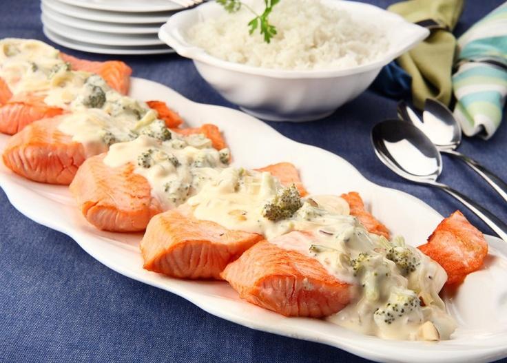 Receita prática de salmão com castanhas e molho de legumes