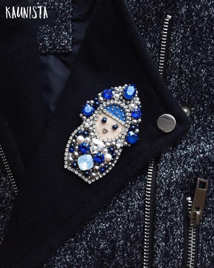 Брошка-матрешка в наличии ❄️ кристаллы и жемчугу - все #swarovski ❄️ высота около 8,5 см #брошь #матрешка #снегурочка #брошкаматрешка #brooch #matryoshka