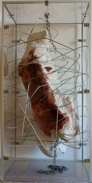 Danza macabra (monumento contro la violenza sulle donne) cm. 80x40x30_gesso,tessuto,pittura,plexiglass,acciaio
