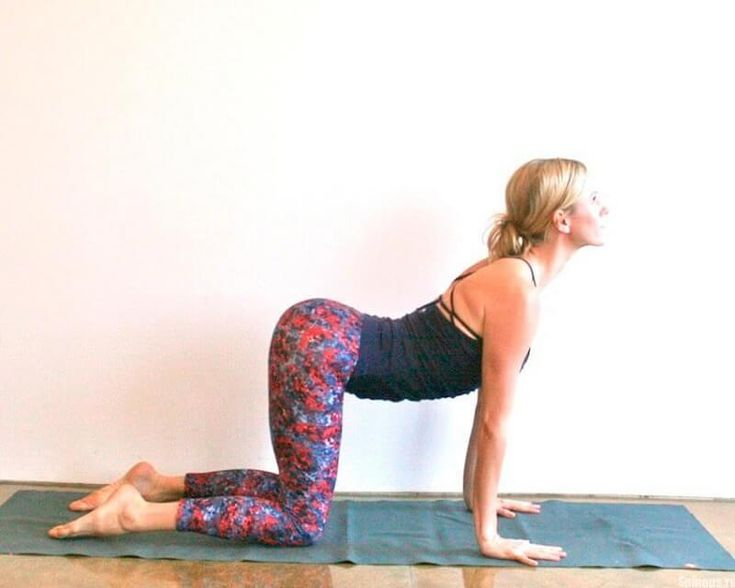 První cvičení Lehněte si na záda a snažte se co nejvíce uvolnit. Dýchejte rovnoměrně a hluboko, představte si sebe na tichém a krásném místě. Ruce rozložte do stran. Nohy položte k sobě, ohněte v kolenou a přitáhněte k hrudníku. Zhluboka se nadechněte a kolena zatočte doprava, snažte se je položit na podlahu. Hlavu otočte nalevo …