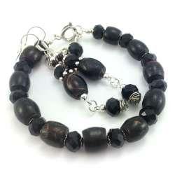 Komplet biżuterii z kamieni czarnego korala i kryształków.